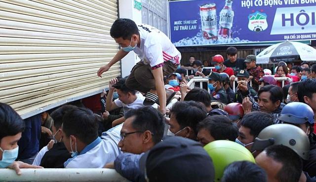 Báo Thái Lan: V-League lên cơn sốt vì HLV Kiatisuk, nhưng đáng tiền! - 2