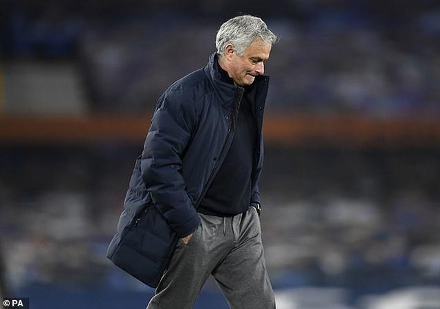 HLV Mourinho chính thức bị sa thải ở Tottenham - 2