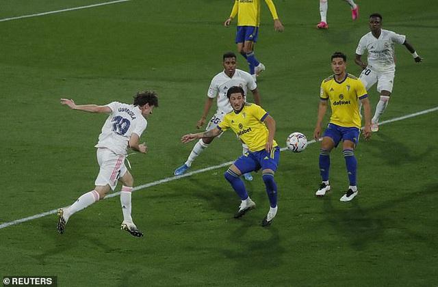 Real Madrid bị cổ động viên Cadiz tấn công trong ngày lên ngôi đầu La Liga - 7