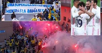 Real Madrid bị cổ động viên Cadiz tấn công trong ngày lên ngôi đầu La Liga