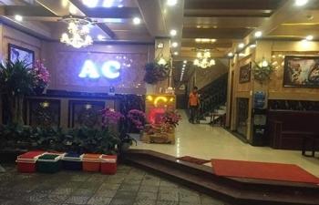 loan da trong quan karaoke khach ban hai nhan vien phuc vu