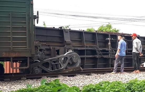 Đường sắt Bắc Nam ách tắc vì tàu hàng trật bánh tại Nam Định