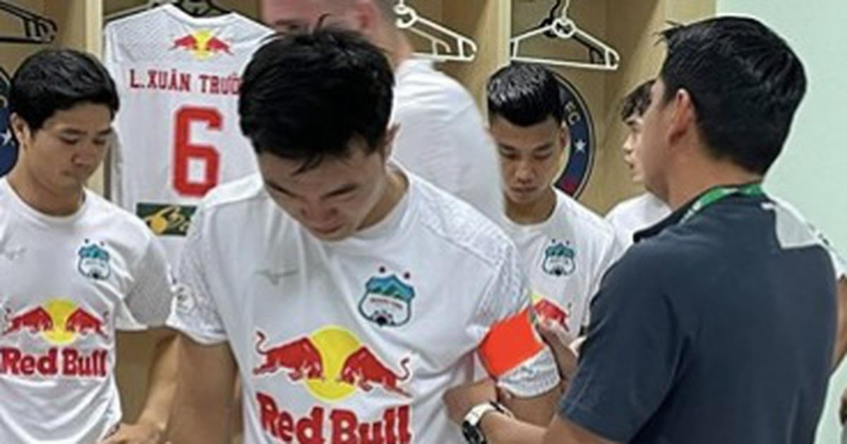 Kiatisuk động viên cầu thủ HA Gia Lai sau khi hụt chiến thắng đáng tiếc