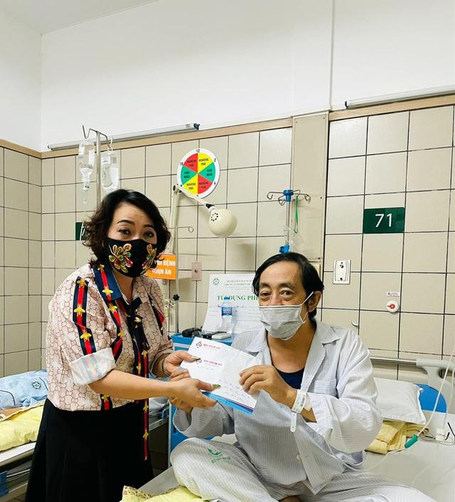 Nghệ sĩ Giang Còi đang đi chơi thì nôn ra máu, ngất đi, hiện vẫn thở oxy - 1