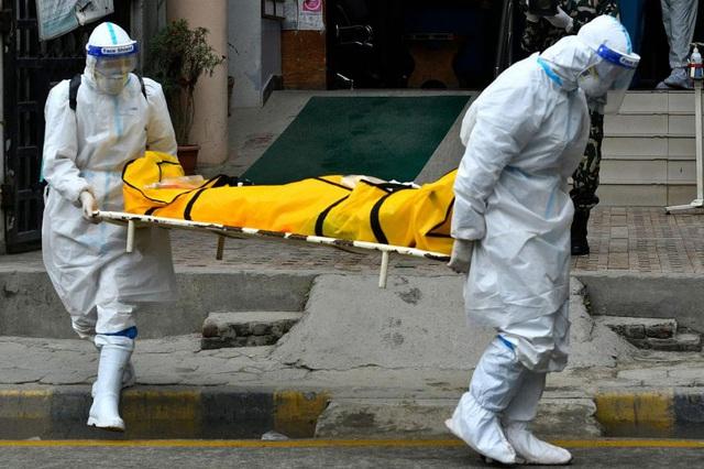 Bác sĩ Nepal cảnh báo thảm kịch người chết vì Covid-19 ngay trên đường - 2