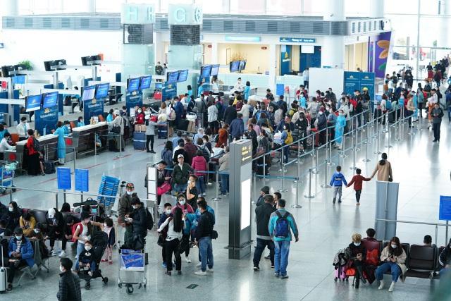 Các hãng hàng không đồng loạt tăng phí với khách đi máy bay - 1