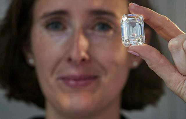 """Sắp bán viên kim cương không màu """"khủng"""" với giá 460 tỷ đồng"""