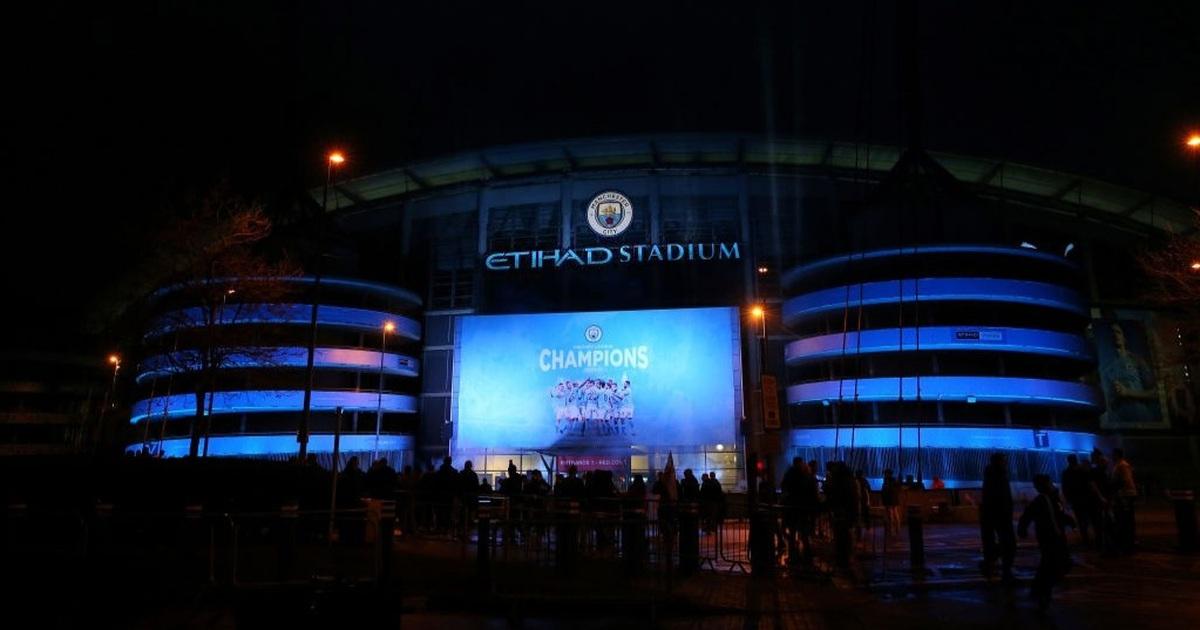 Cổ động viên đổ về Etihad ăn mừng Man City vô địch Premier League