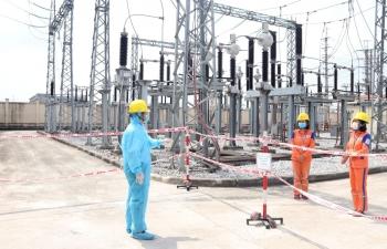 Thợ điện trong tâm dịch COVID-19