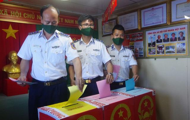 Tàu Cảnh sát biển 9003 bầu cử sớm giữa biển - 2