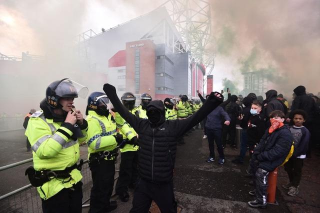 Man Utd 2-4 Liverpool: The Kop đánh sập Old Trafford - 14