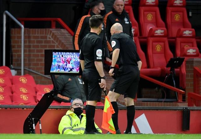 Man Utd 2-4 Liverpool: The Kop đánh sập Old Trafford - 11
