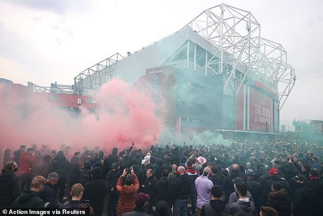 Cổ động viên Man Utd lại làm loạn ở Old Trafford trước trận gặp Liverpool - 1