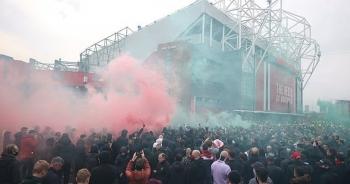 Cổ động viên Man Utd lại làm loạn ở Old Trafford trước trận gặp Liverpool