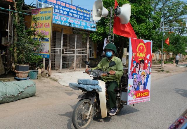 Cựu binh cõng loa đi hàng chục cây số mỗi ngày để tuyên truyền bầu cử - 2
