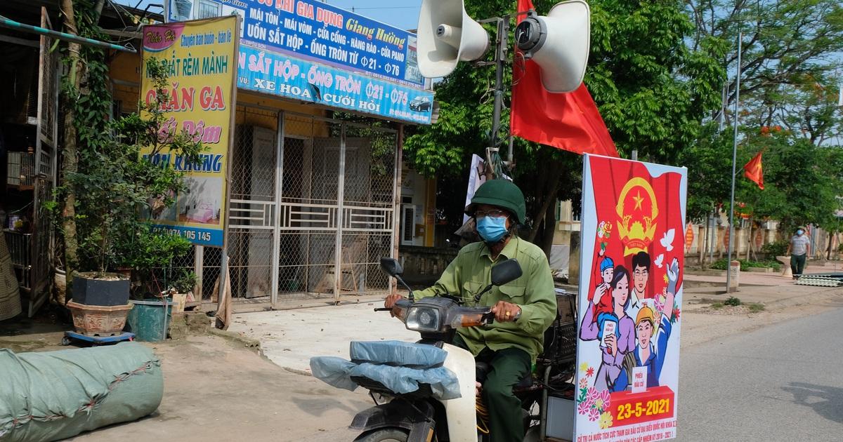"""Cựu binh """"cõng"""" loa đi hàng chục cây số mỗi ngày để tuyên truyền bầu cử"""
