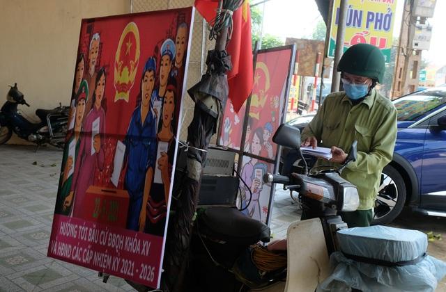 Cựu binh cõng loa đi hàng chục cây số mỗi ngày để tuyên truyền bầu cử - 1