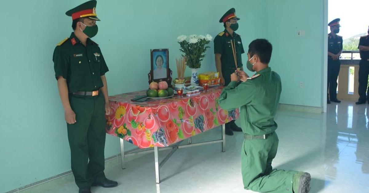 Chiến sĩ trẻ không thể về nhà chịu tang mẹ vì Covid-19