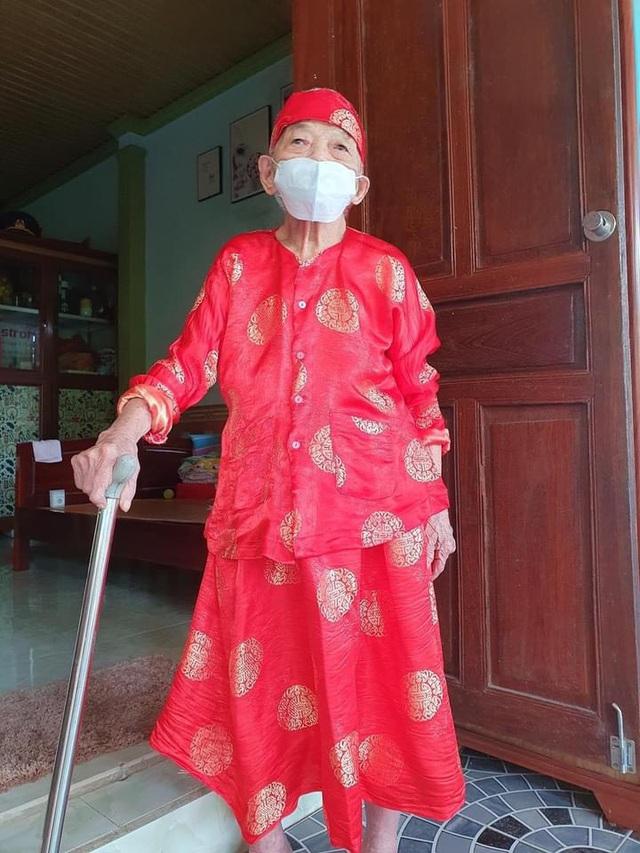 Cử tri 102 tuổi ở Anh Sơn, tỉnh Nghệ An vinh dự được 15 lần tham gia bầu cử.