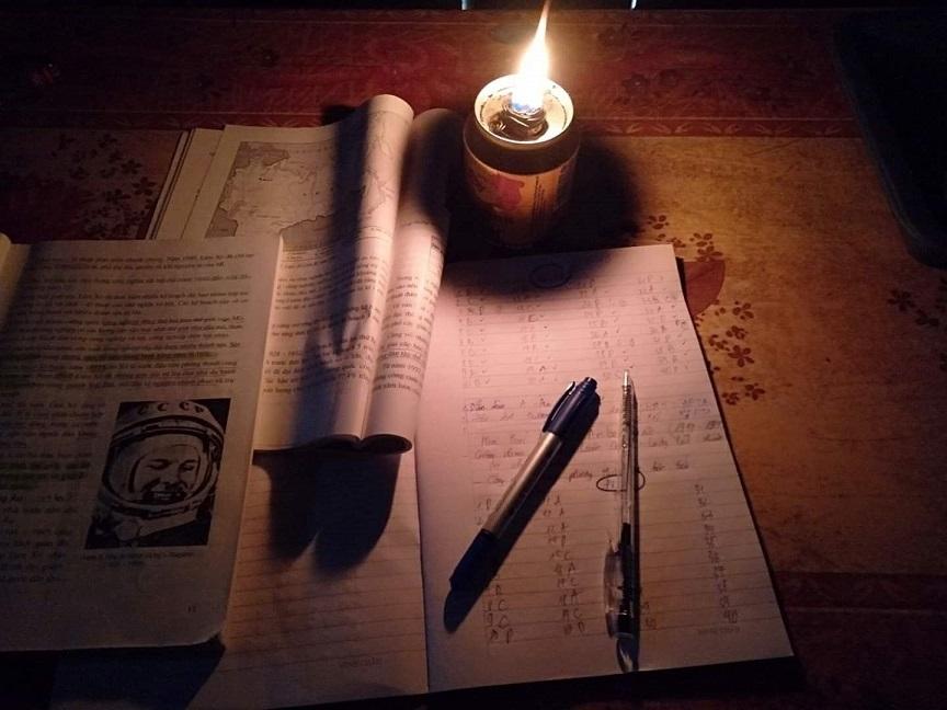 Từ ký ức đèn dầu, tôi đã đi cùng ánh sáng quê hương