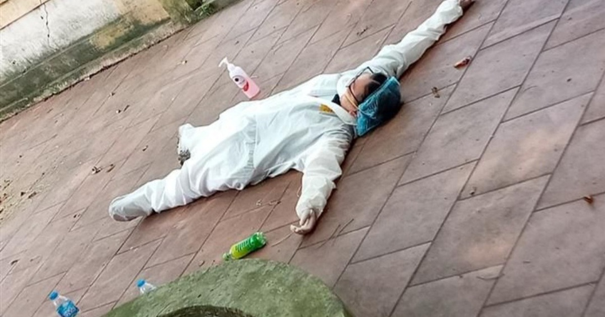 Y bác sĩ kiệt sức trong bộ đồ bảo hộ, đổ gục giữa nắng nóng ở tâm dịch