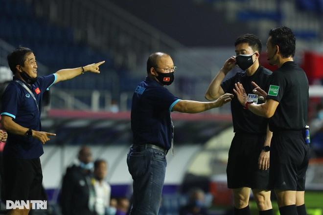 HLV Park Hang Seo bị cấm chỉ đạo, đội tuyển Việt Nam đấu UAE như thế nào? - 1