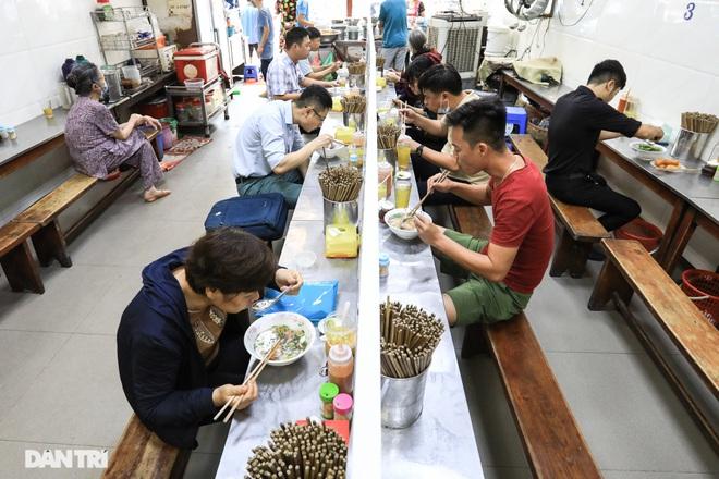 Hà Nội mở lại hàng cắt tóc, bán đồ ăn uống tại chỗ từ 0h ngày 22/6 - 2