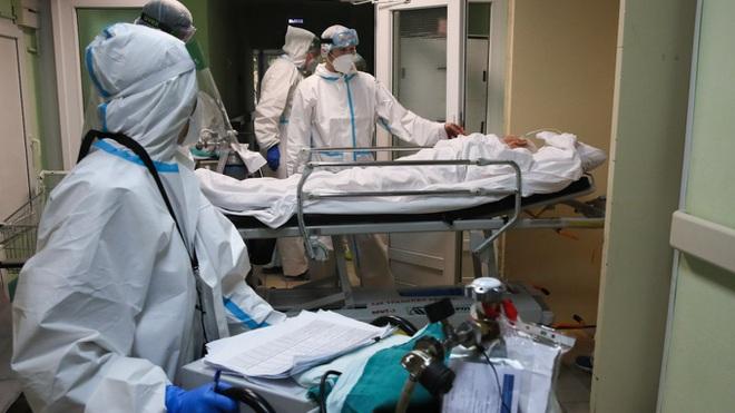 Bệnh nhân nằm hành lang bệnh viện, ông Putin cảnh báo dịch Covid-19 ở Nga - 1