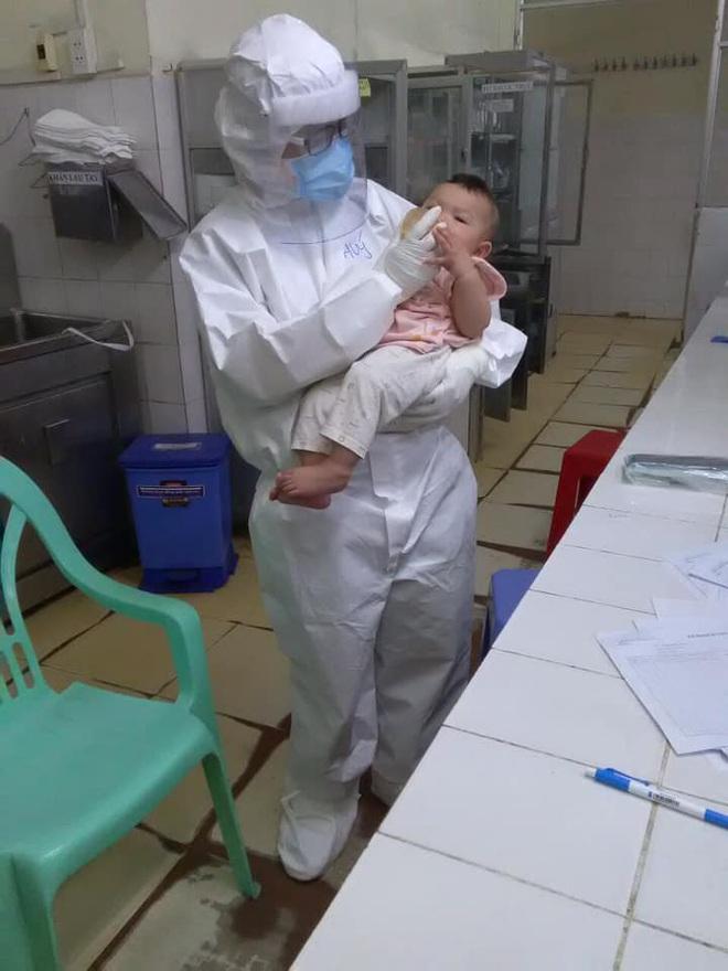 Xúc động hình ảnh em bé mắc Covid-19 bú sữa trong vòng tay nữ bác sĩ  - 3