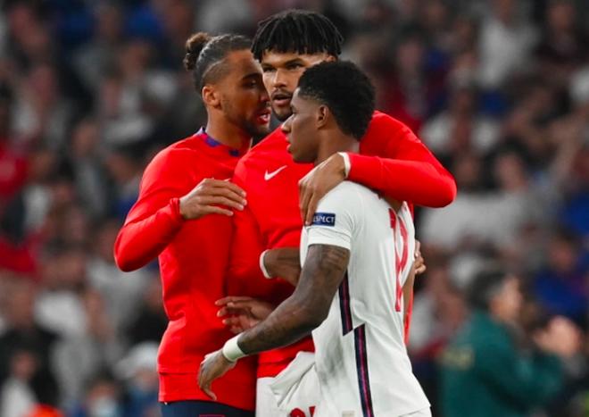 Người Anh rơi lệ sau thất bại ngay tại thánh địa Wembley - 1
