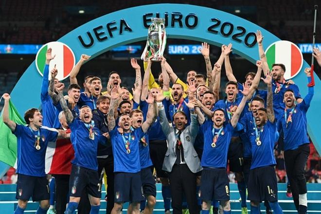 Đội tuyển Italia bơi trong tiền sau khi giành chức vô địch Euro 2020 - 1