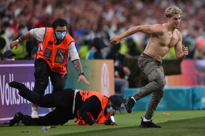 Cổ động viên Anh hối lộ bảo vệ, làm loạn ở trận chung kết Euro 2020 - 1