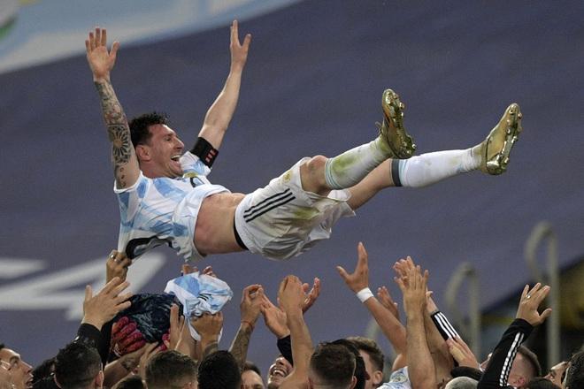 Ai đủ sức ngăn nổi Messi giành Quả bóng vàng thứ 7? - 1