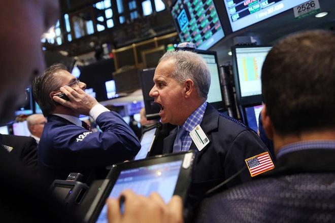 Covid-19 bùng nổ trở lại ở Mỹ, nhà đầu tư ồ ạt bán tháo chứng khoán - 2