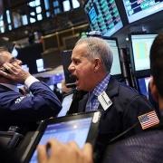 """Covid-19 """"bùng nổ"""" trở lại ở Mỹ, nhà đầu tư ồ ạt bán tháo chứng khoán"""
