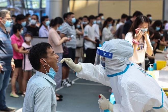 Trung Quốc bùng ổ dịch Covid-19 nghiêm trọng nhất trong nhiều tháng - 1