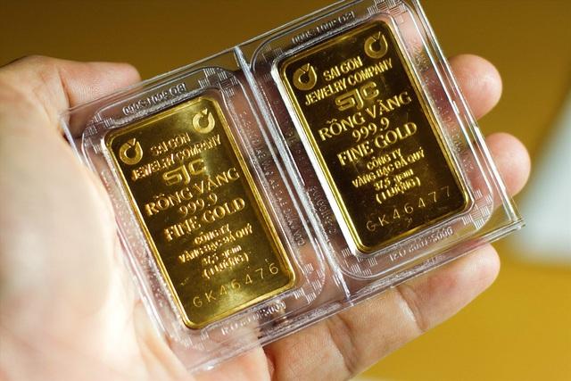 Giá vàng lên đỉnh: Cụ 80 tuổi dốc lương hưu đi mua, lộ mánh nhà vàng ăn lãi