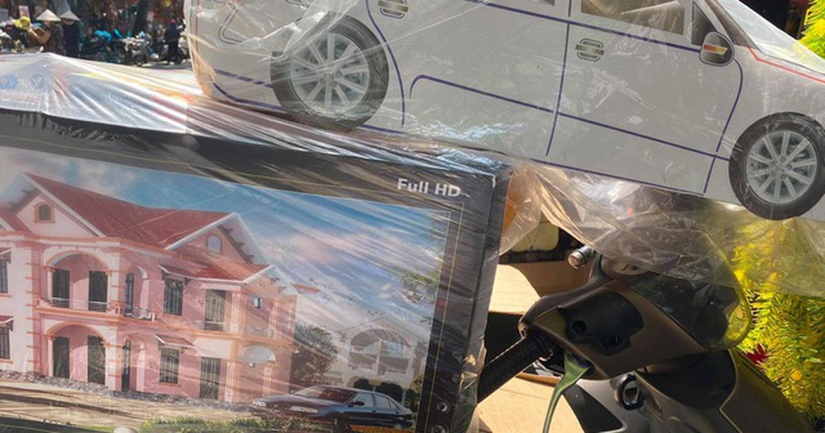 """Điều chưa từng thấy: Nhà lầu, xe hơi """"ế chỏng ế chơ"""" trên phố Hàng Mã"""