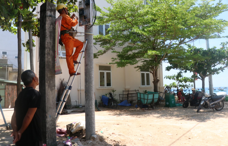 Niềm vui của người dân xã đảo Nhơn Châu khi sử dụng điện lưới quốc gia