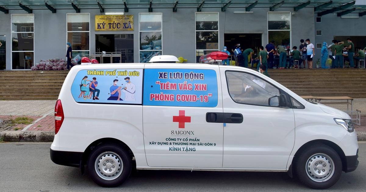 Theo chân xe lưu động tiêm vắc xin ở các khu dân cư, điểm cách ly tại TPHCM