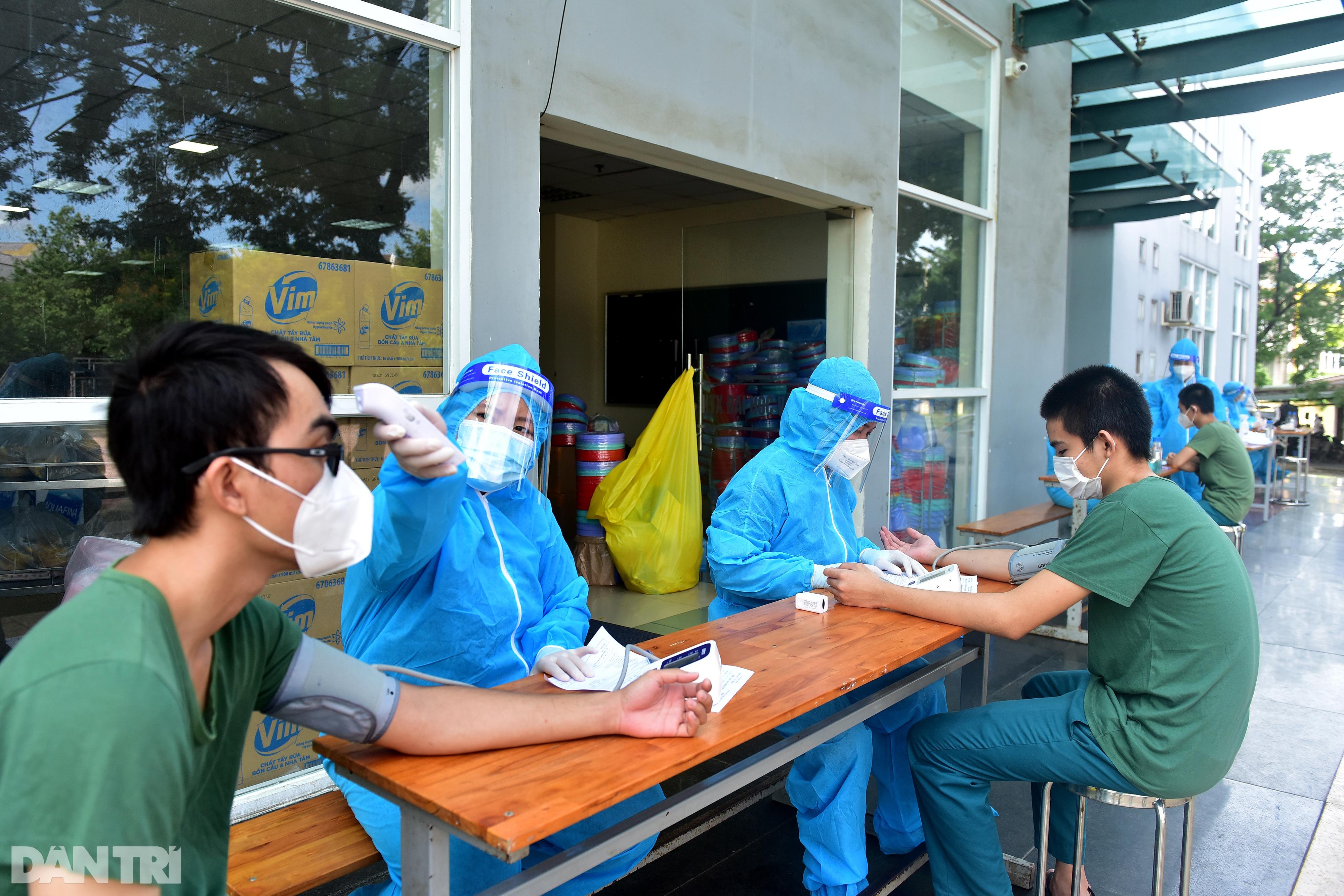 Theo chân xe lưu động tiêm vắc xin ở các khu dân cư, điểm cách ly tại TPHCM - 10