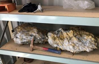 Bất ngờ vớ được tảng đá thạch anh nạm 255 kg vàng ròng, thợ mỏ sướng rơn suýt ngã