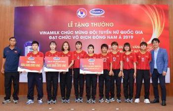 vinamilk trao thuong chuc mung doi tuyen bong da nu quoc gia vo dinh dong nam a 2019