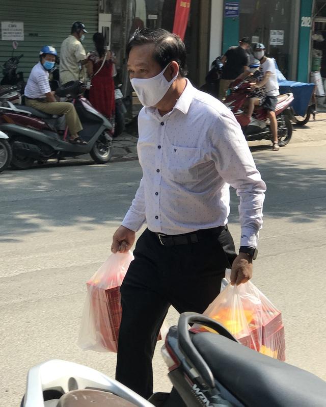 Dân Thủ đô như về thời bao cấp: Xếp hàng, chờ tới lượt mua bánh cúng rằm - 2