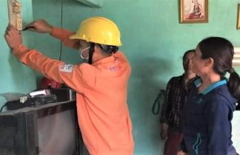 Những thợ điện giữ ánh sáng cho buôn làng
