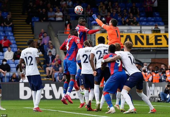 Tottenham thua sốc trận đầu tiên, Arsennal lần đầu giành trọn 3 điểm - 1