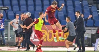 """HLV Mourinho """"chạy như điên"""" để ăn mừng chiến thắng ở trận đấu thứ 1000"""