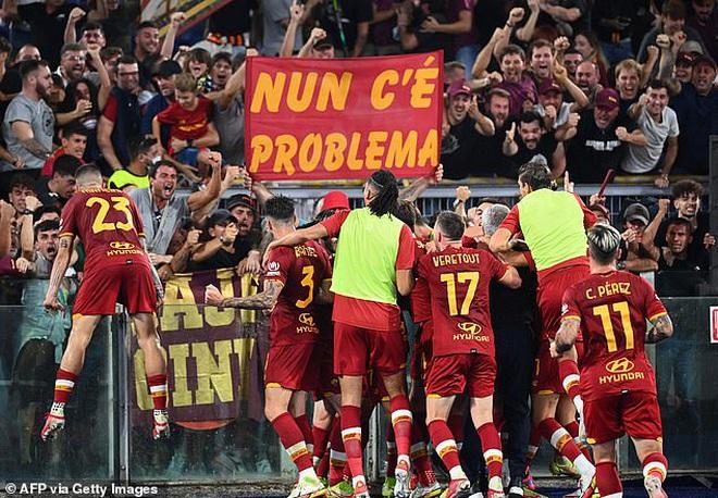 HLV Mourinho chạy như điên để ăn mừng chiến thắng ở trận đấu thứ 1000 - 3