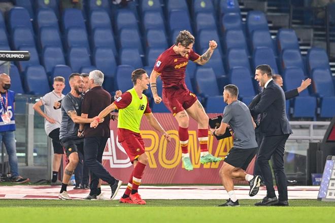 HLV Mourinho chạy như điên để ăn mừng chiến thắng ở trận đấu thứ 1000 - 2