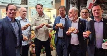 Chưa tiêm vắc xin, Tổng thống Brazil phải ăn tối trên vỉa hè New York
